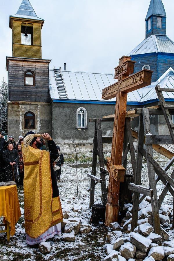 Освящение мемориального правоверного креста около виска в зоне Kaluga России стоковые фото