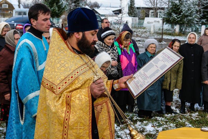 Освящение мемориального правоверного креста около виска в зоне Kaluga России стоковая фотография