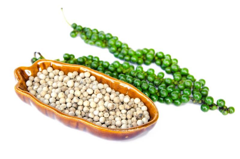 Осемените белые перцы в коричневых шаре и пуках свежего зеленого pepp стоковое фото rf