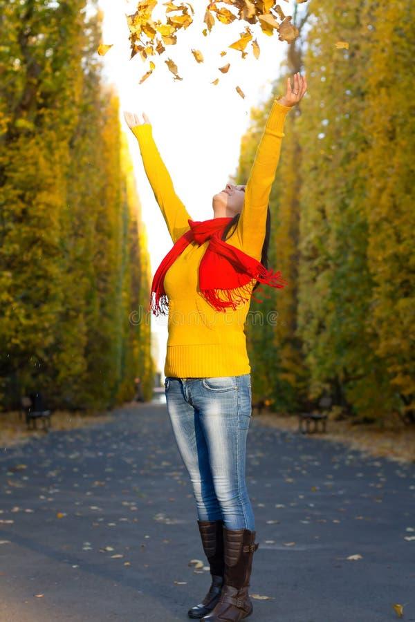 Осеннее счастье с листьями в парке стоковое изображение
