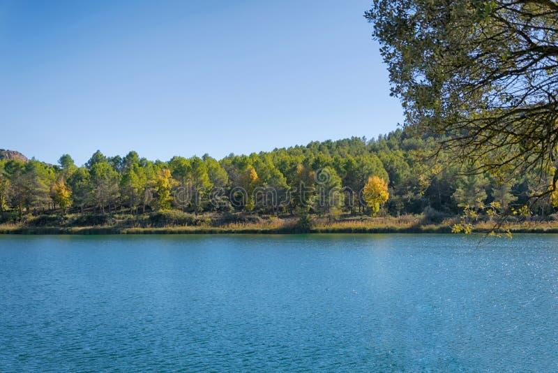 Осенний ландшафт в лагуне стоковые фотографии rf
