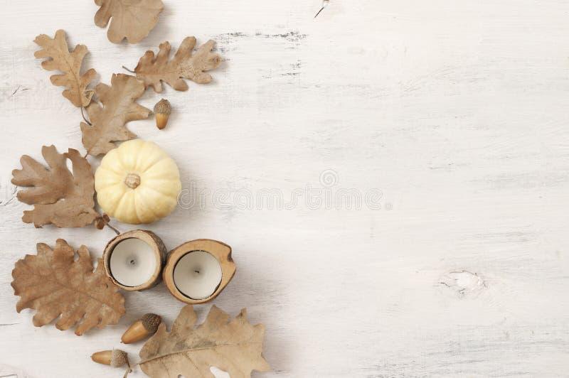 Осенний натюрморт с листьями, жолудями, тыквой и свечами дуба стоковые изображения rf