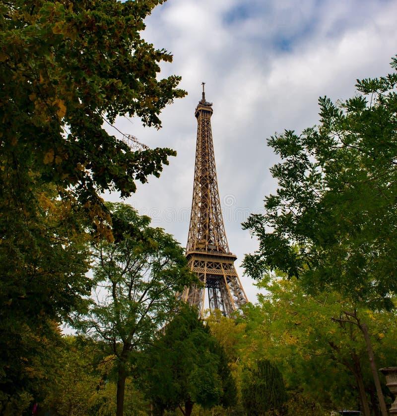 Осенний Париж, Эйфелева башня стоковые фото