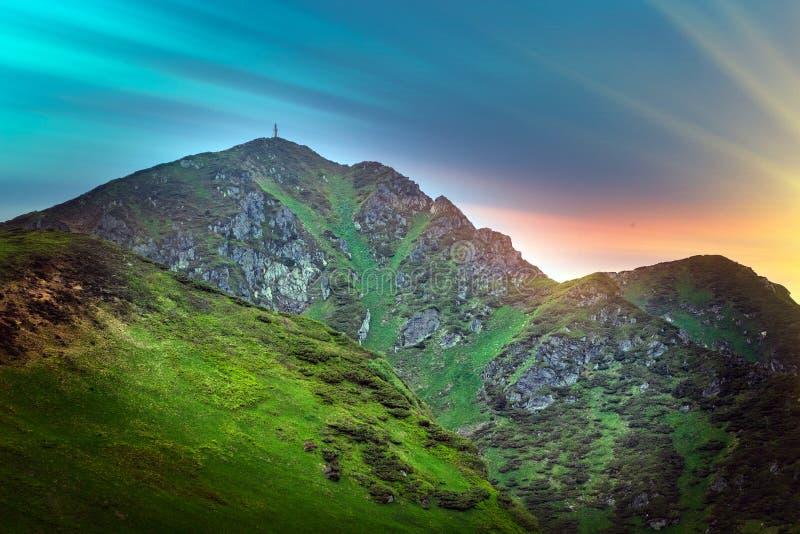Осенний пейзаж с видом на горы, долину и лагуну. На склонах холма покрыт стоковые фото