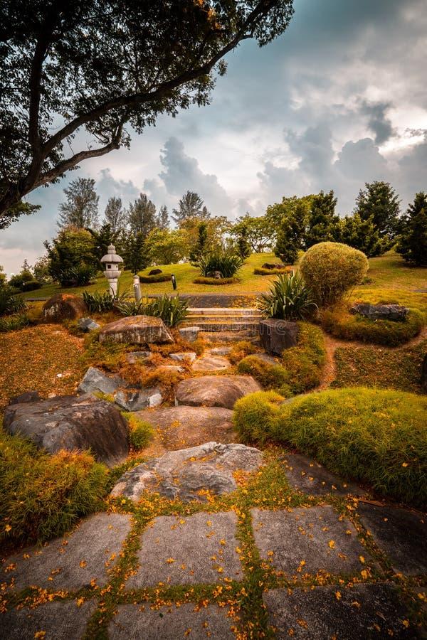 Осенний путь японского сада, Сингапура стоковое фото rf