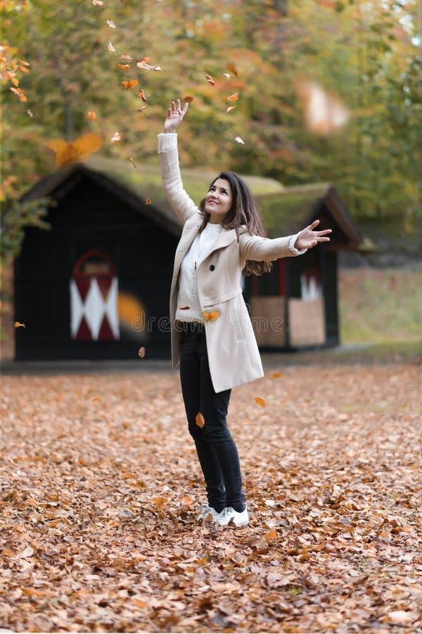 Осенняя мечтательная девушка стоковое фото