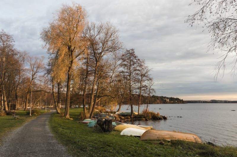 Осенняя пешеходная зона рядом с озером стоковые изображения rf