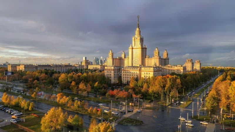 Осенью вид на знаменитый университет России в Москве с воздуха на панорамный вид стоковая фотография rf