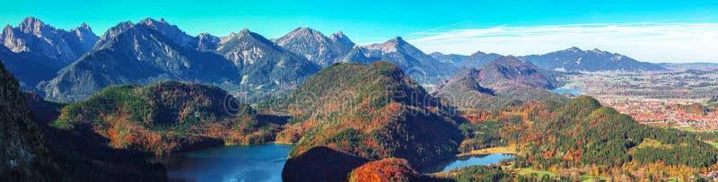 Осенью открывается вид на панораму Альпсе и деревни Швангау стоковые фотографии rf