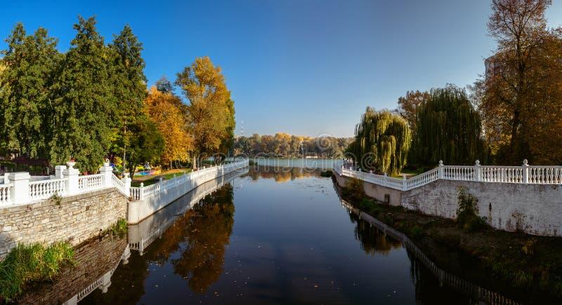 Осень в парке города Город Khmelnitsky стоковые изображения