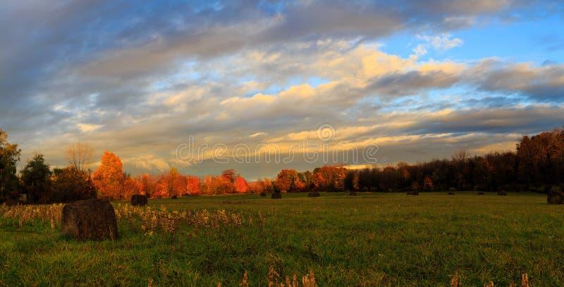Осень в поле долины Гудзона на сумраке на дождливый день стоковая фотография