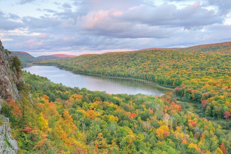 осень заволакивает озеро стоковая фотография rf