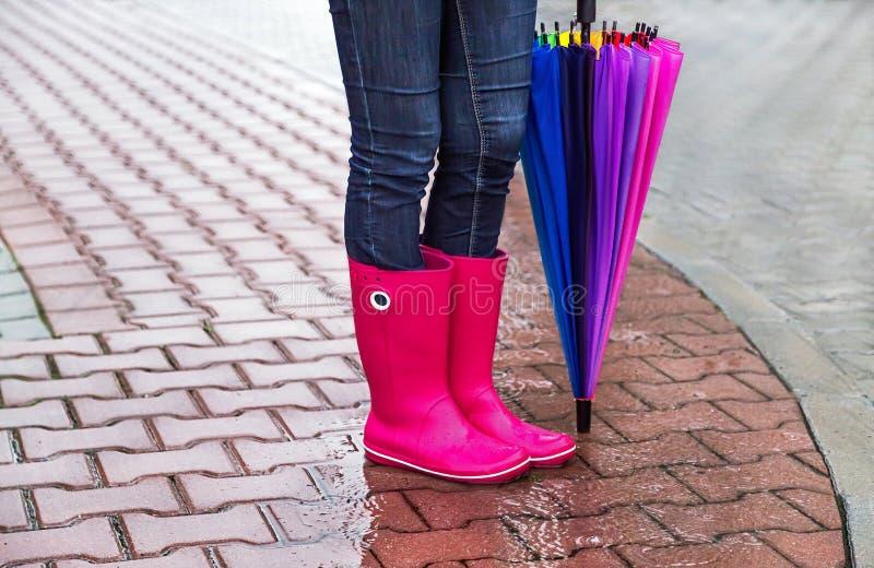 Осень Защита в дожде Женщина (девушка) нося розовые резиновые ботинки и имеет зонтик стоковая фотография