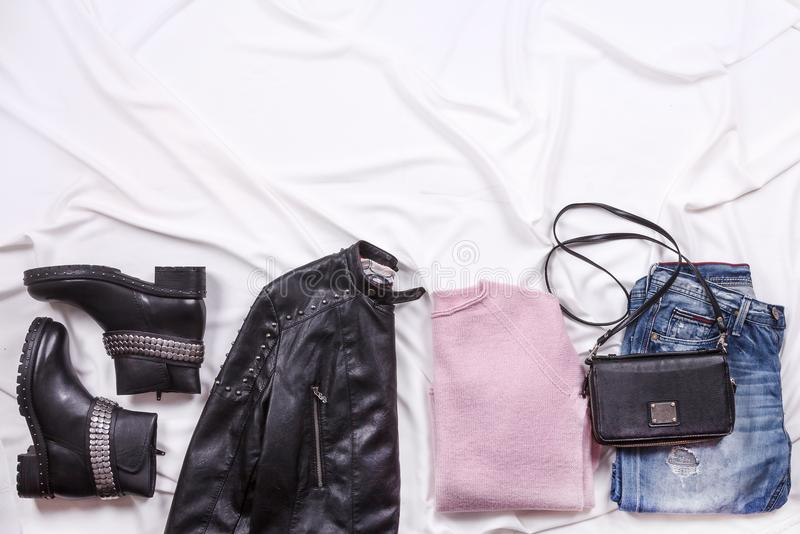 Осень и зима фасонируют обмундирование ` s блоггера Розовые шерсти связали кардиган, голубые джинсы от джинсовой ткани и черную с стоковое фото rf