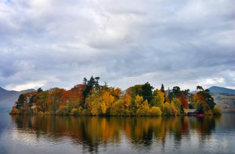 осень красит derwentwater стоковые фото
