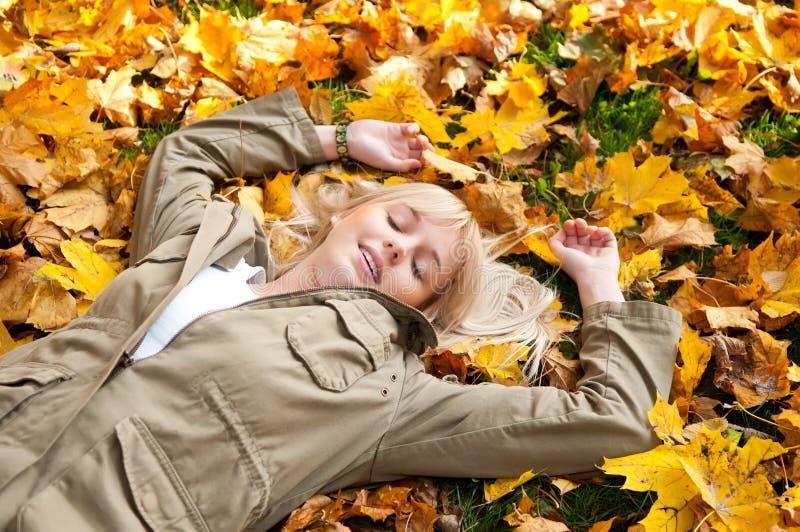 осень мечтает детеныши женщины листьев стоковое фото rf