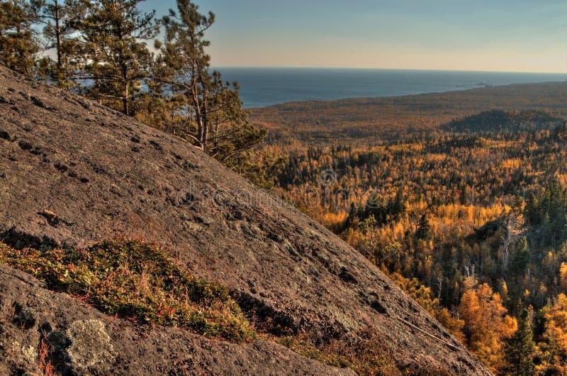 Осень на пике Carlton гор Sawtooth в северной Минесоте на северном береге Lake Superior стоковое фото