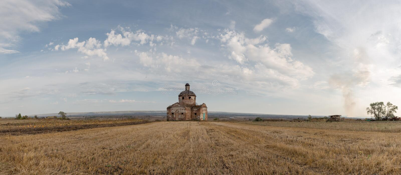 Осень пастырская, покинутая церковь в сельском ландшафте стоковое изображение rf