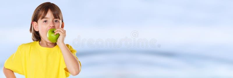 Осень плода яблока еды ребенк ребенка девушки понижается здоровое знамя copyspace стоковая фотография