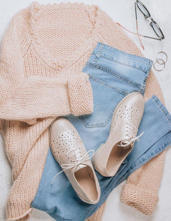 Осень приезжает Ткань и аксессуары моды женщин Ультрамодный уютный шлямбур Ванильные пастельные цвета стоковые изображения rf