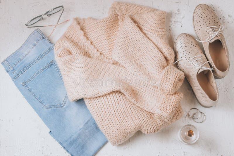 Осень приезжает Ткань и аксессуары моды женщин Ультрамодный уютный шлямбур Ванильные пастельные цвета стоковое фото rf