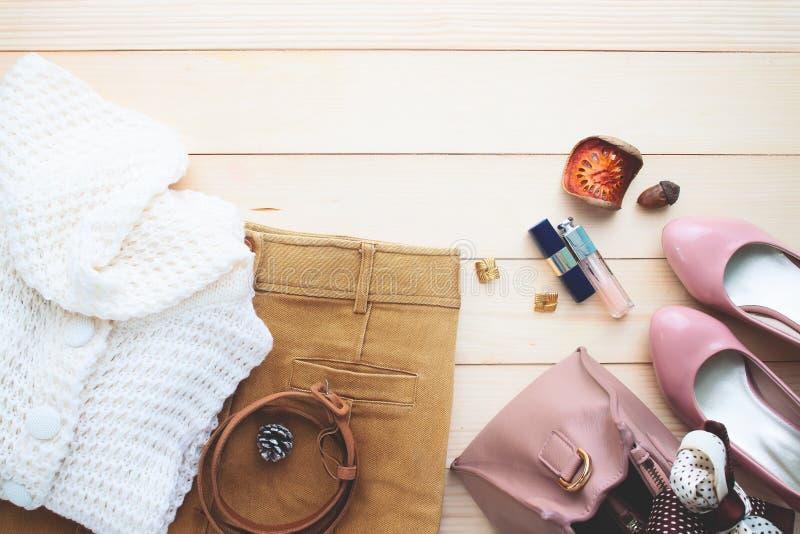 Осень приезжает, ультрамодные аксессуары и одежда ` s женщины моды, стоковые фото