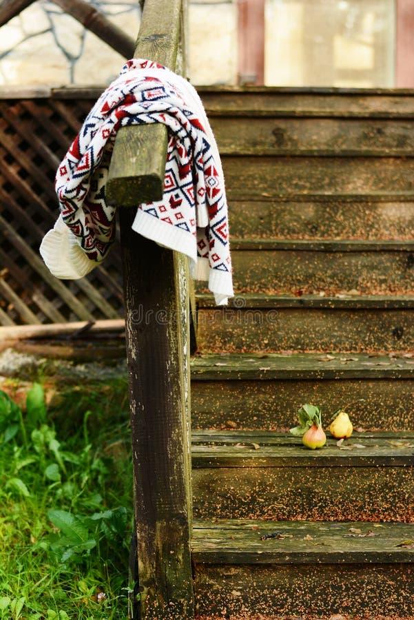 Осень приносить на винтажной старой деревянной лестнице Настроение осени, теплые одежды Уклад жизни стоковая фотография