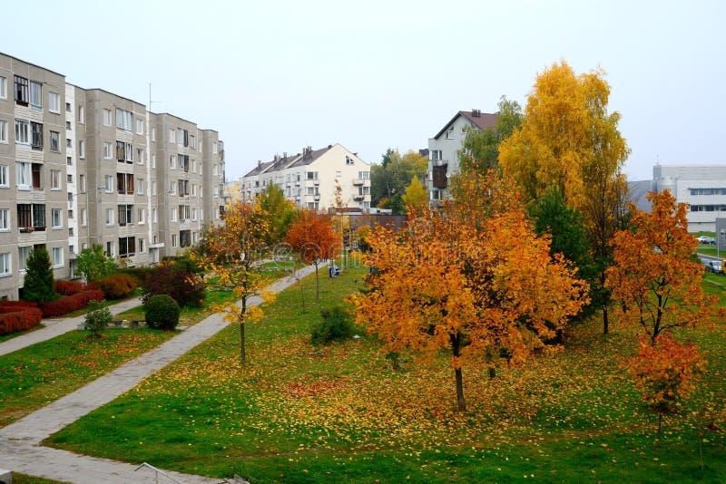 Осень приходя к району Pasilaiciai города Вильнюса стоковое изображение rf