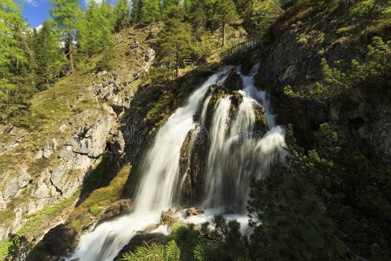 осень раньше сделала изображением гор горы приполюсный поток стоковое изображение rf