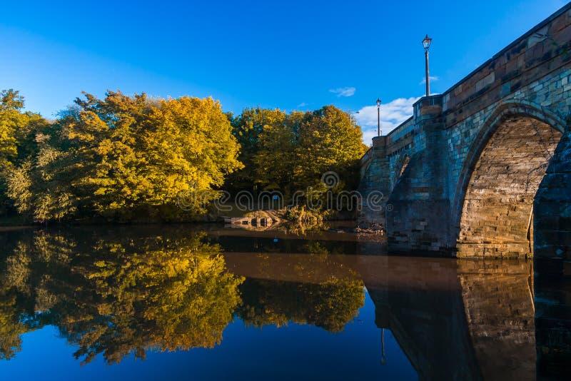 Осень - старый мост в осени стоковое изображение
