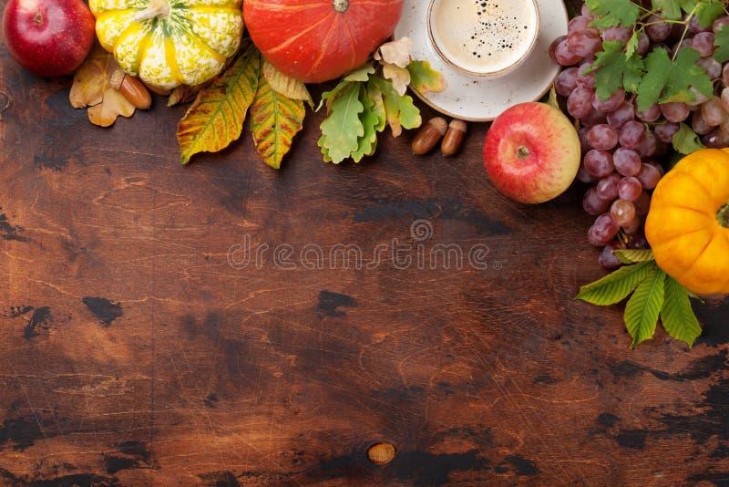 Осень с тыквами и плодоовощами стоковое фото