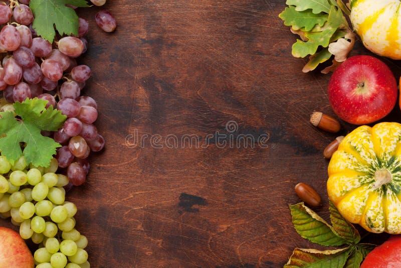 Осень с тыквами и плодоовощами стоковые изображения
