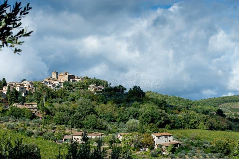 Осень тосканского ландшафта предыдущая и драматическое небо стоковое изображение rf