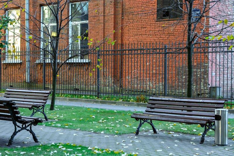 осень benches пейзаж парка стоковая фотография rf