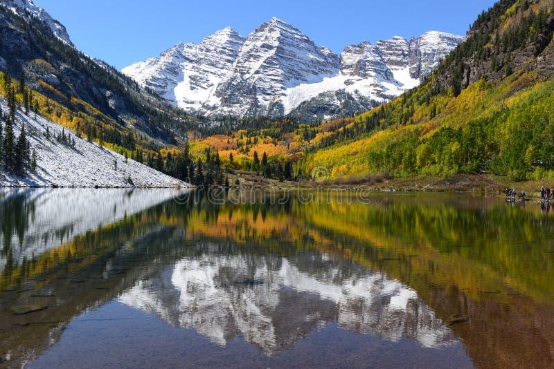 Осень Maroon колоколы и озеро - горизонтальное стоковые фотографии rf