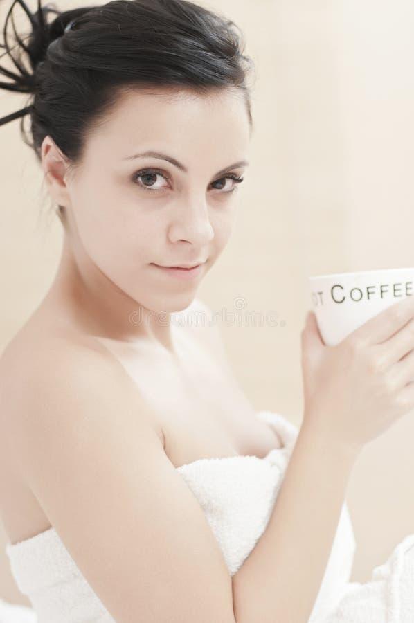 ослабленный выпивать кофе стоковая фотография rf