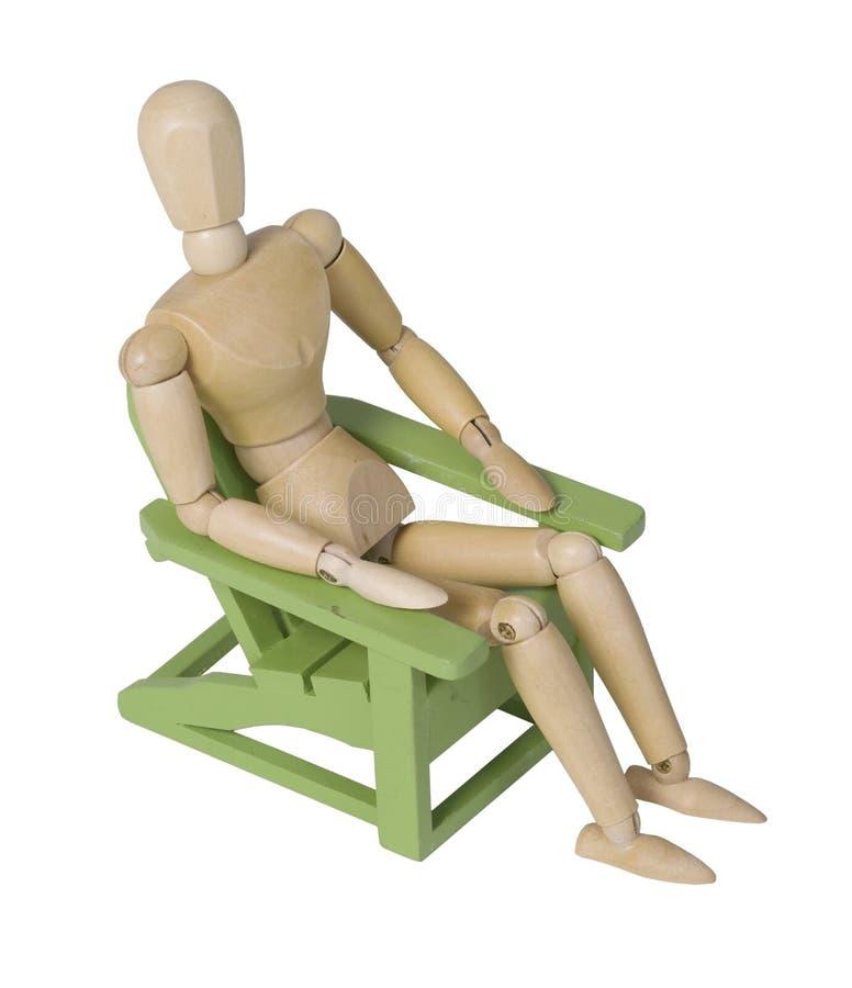 Ослаблять в деревянном зеленом стуле сада стоковая фотография rf