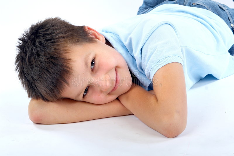 ослаблять мальчика земной счастливый стоковые изображения