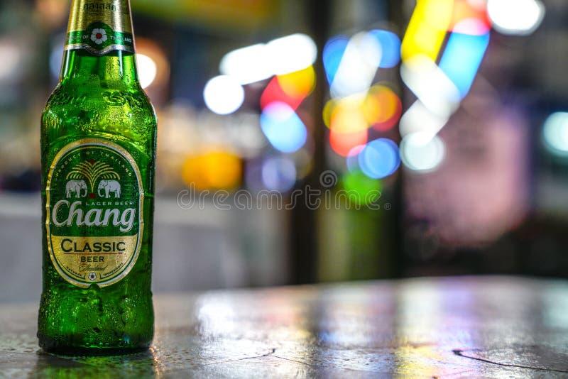 Ослаблять с бутылкой пива от занятого план-графика стоковые изображения rf