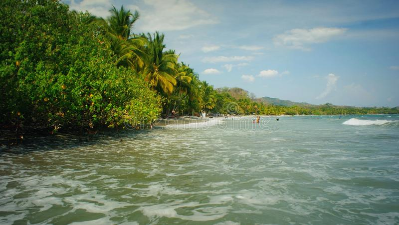 Ослабляющ на пляже Sámara, Коста-Рика стоковое изображение