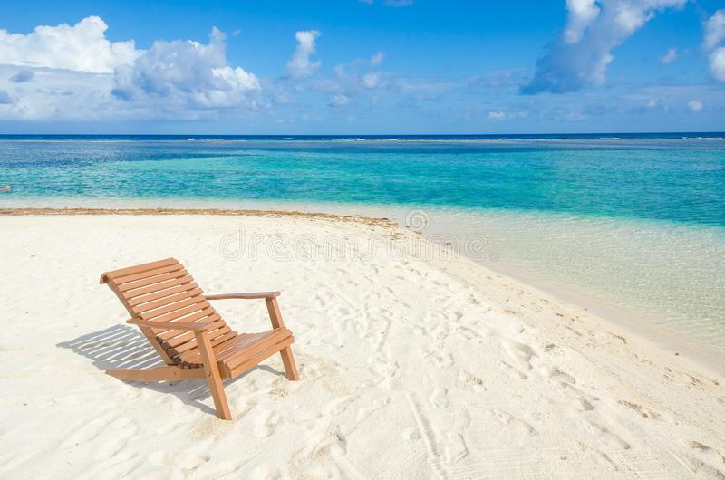 Ослабляющ на стуле - Белизе Cayes - небольшой тропический остров на барьерном рифе с пляжем рая - известный за нырять, и стоковая фотография
