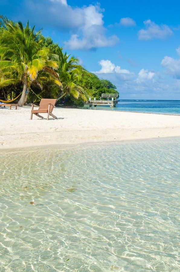 Ослабляющ на стуле - Белизе Cayes - небольшой тропический остров на барьерном рифе с пляжем рая - известный за нырять, и стоковое изображение