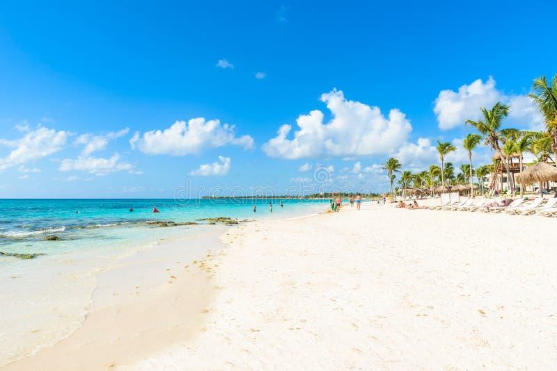 Ослабляющ на шезлонге на пляже Akumal - Майя Ривьера - пляжи рая на Cancun, Quintana Roo, Мексике - карибское побережье - стоковые фото
