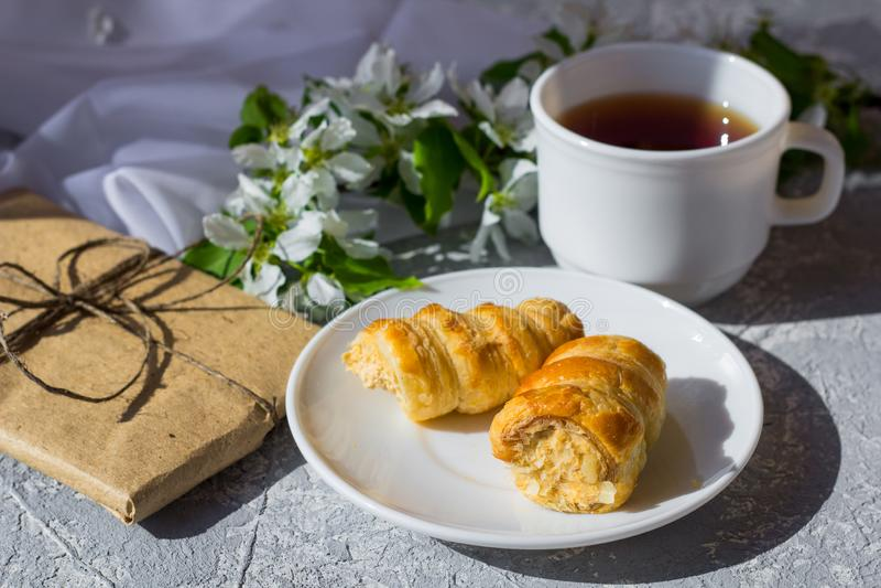 Ослабляя время и счастье с чашкой чаю со среди свежим цветком весны стоковое фото rf