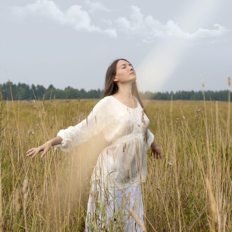 ослабляя женщина восхода солнца стоковое фото