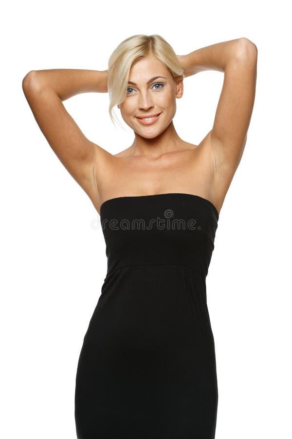 Ослабляя женщина стоя с руками надземными стоковая фотография