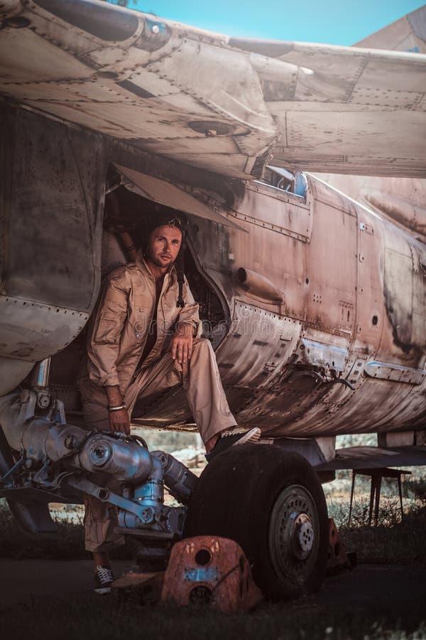 Ослабляя молодой пилот стоковые фотографии rf