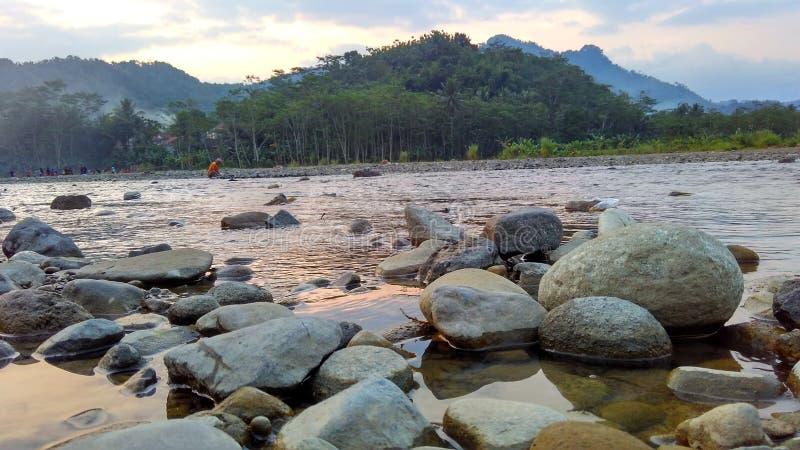 Ослабьте время на реке в после полудня стоковое фото rf