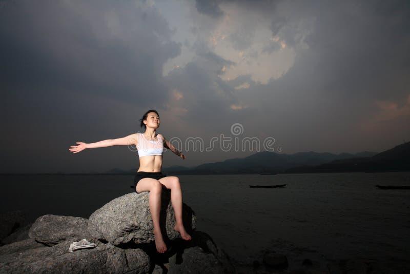 ослабьте женщин утеса стоковая фотография rf