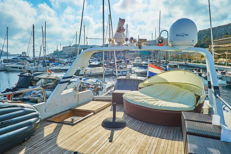 Ослабьте на яхте в Валлетте, Мальте стоковая фотография